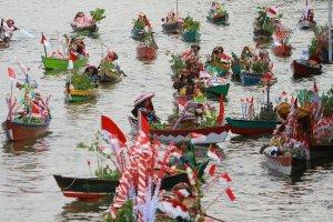 Sejumlah pedagang pasar terapung melintas di sungai Martapura saat Festival Wisata Budaya Pasar Terapung di kawasan Tugu 0 Km Banjarmasin, Kalimantan