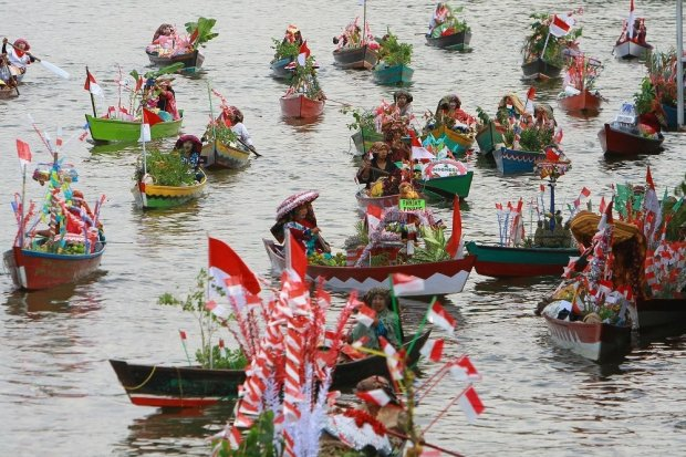 Sejumlah pedagang pasar terapung melintas di sungai Martapura saat Festival Wisata Budaya Pasar Terapung di kawasan Tugu 0 Km Banjarmasin, Kalimantan Selatan, Jumat (23/8/2019).Festival Wisata Budaya Pasar Terapung 2019 tersebut untuk melestarikan tradisi