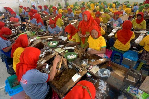 Pekerja melinting rokok sigaret kretek di salah satu industri rokok di Tulungagung, Jawa Timur, Rabu (31/5). Minimnya tenaga terampil terlatih serta menurunnya minat warga sekitar bekerja di sektor industri rokok membuat sejumlah industri rokok sigaret li
