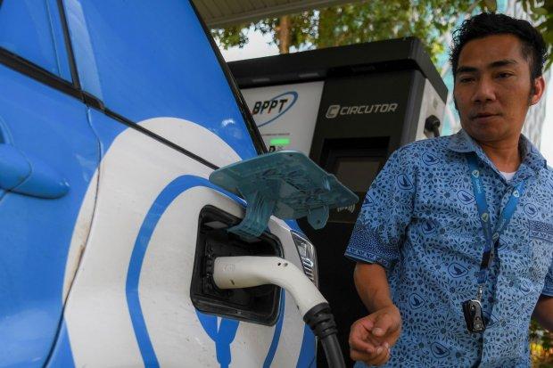 Pengendara melakukan pengisian daya listrik di Stasiun Pengisian Listrik Umum (SPLU) Badan Pengkajian dan Penerapan Teknologi (BPPT) Thamrin, Jakarta, Senin (16/9/2019). BPPT berencana menambah tujuh Stasiun Pengisian Listrik Umum (SPLU) pada tahun 2020 y