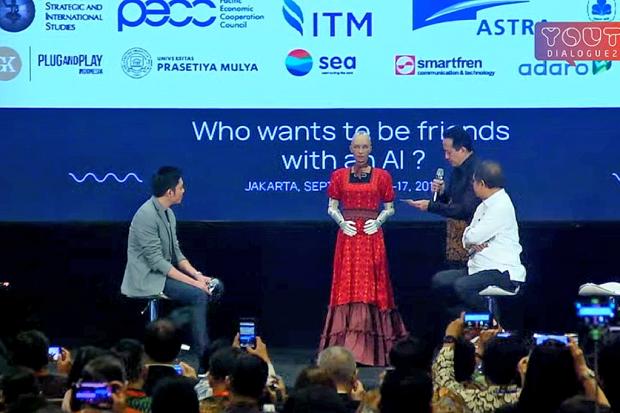 Robot berbasis AI, Sophia berbincang dengan Menteri Kominfo Rudiantara dan Kepala Bappenas Triawan Munaf.