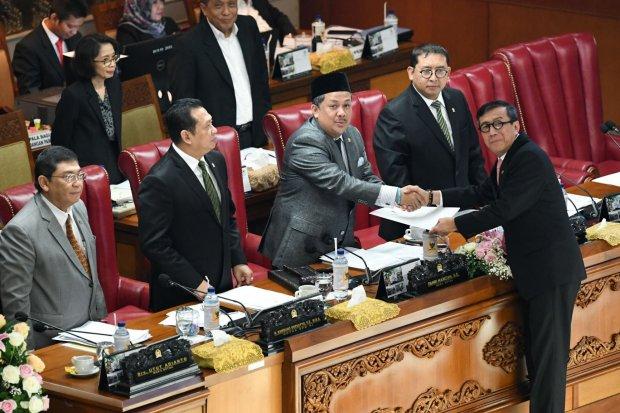 Menkumham Yasonna Laoly (kanan) berjabat tangan dengan Wakil Ketua DPR selaku pimpinan sidang Fahri Hamzah (ketiga kanan), disaksikan Ketua DPR Bambang Soesatyo (kedua kiri) dan Wakil Ketua DPR Fadli Zon (kedua kanan), dan Utut Adianto (kiri) usai menyamp