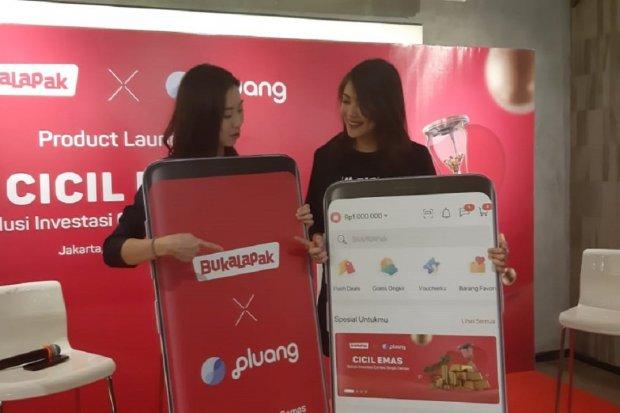 Co-Founder Pluang Claudia Kolonas dan Head of Investment Solution Bukalapak Dhinda Arisyiya dalam peluncuran produk Cicil Emas di Jakarta, Rabu (18/9)
