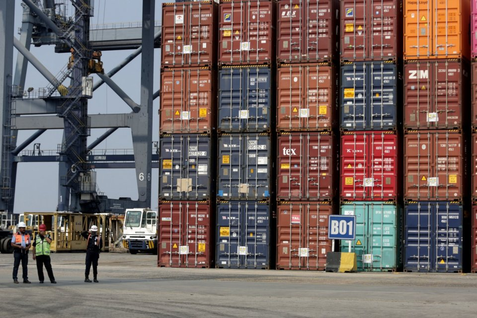 Bongkar muat peti kemas di Terminal Koja Tanjung Priok Jakarta (18/9). Pemerintah bakal mengenakan bea masuk tindakan pengamanan (BMTP) untuk produk alumunium foil impor.