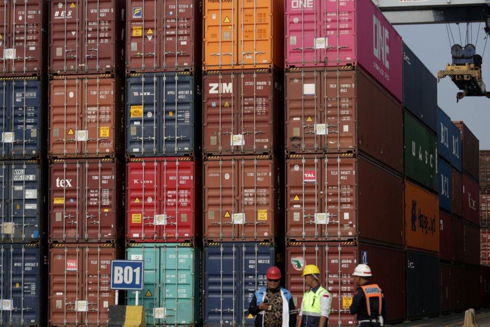 Bongkar muat peti kemas di Terminal Koja Tanjung Priok Jakarta (18/9). Badan Pusat Statistik (BPS) mencatat neraca dagang Indonesia surplus US$ 85 juta pada Agustus 2019. Angka tersebut terdiri dari ekspor sebesar US$ 14,28 miliar dan impor US$ 14,2 milia