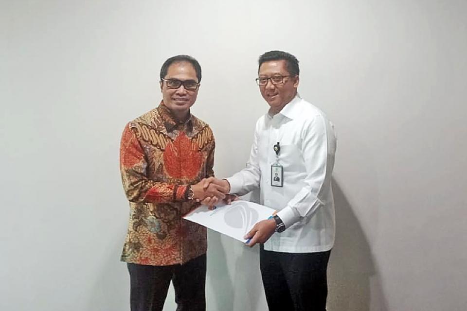 Serah terima jabatan antara Direktur Utama PT Bio Farma Honesti Basyir (kanan) dan mantan Direktur Utama Bio Farma M. Rahman Roestan pada 16 September 2019. Honesti sebelumnya menjabat sebagai direktur utama di PT Kimia Farma Tbk (KAEF).