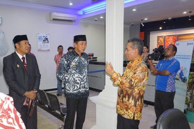 Direktur Bisnis Mikro Bank BRI Supari (kanan) berbincang dengan Bupati Morowali (tengah) di sela-sela acara peresmian Kantor Cabang Bank BRI Morowali, Sulawesi Tengah, Kamis (19/9). Peresmian Kantor Cabang Bank BRI Morowali tersebut mempertimbangkan kine