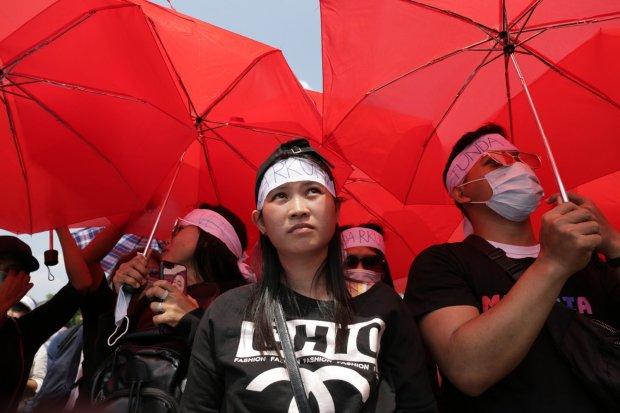 Sejumlah demonstran melakukan aksi demo di depan gedung DPR MPR RI, Jakarta Pusat (16/9).Dewan Perwakilan Rakyat dan pemerintah keukeuh memasukkan pasal-pasal yang mengatur tentang tindak pidana korupsi dalam Rancangan Kitab Undang-undang Hukum Pidana (