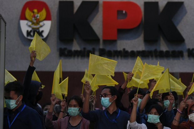 Anggota Wadah Pegawai KPK membawa bendera kuning saat melakukan aksi di gedung KPK Jakarta, Selasa (17/9/2019). Wadah Pegawai KPK dan Koalisi Masyarakat Anti Korupsi melakukan malam renungan bertajuk