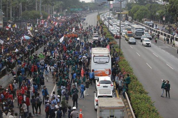Mahasiswa yang melakukan demonstrasi di depan Gedung DPR RI telah memenuhi badan jalan dan menimbulkan kemacetan, di Jakarta, Selasa (24/9/2019).