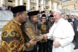 Ketua Umum Pimpinan Pusat Gerakan Pemuda Ansor Yaqut Cholil Qoumas bertemu dengan Paus Fransiskus di Vatikan, Rabu (25/9) pagi.