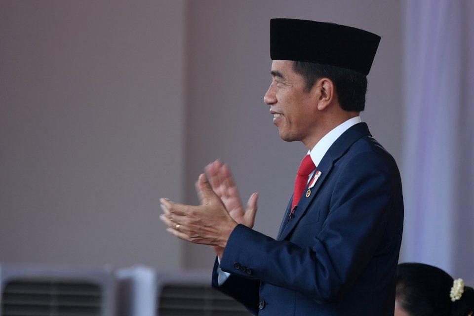 Presiden Joko Widodo bertepuk tangan saat memimpin upacara penurunan bendera Merah Putih dalam rangka HUT ke-74 Kemerdekaan RI di Istana Merdeka, Jakarta, Sabtu (17/8/2019).