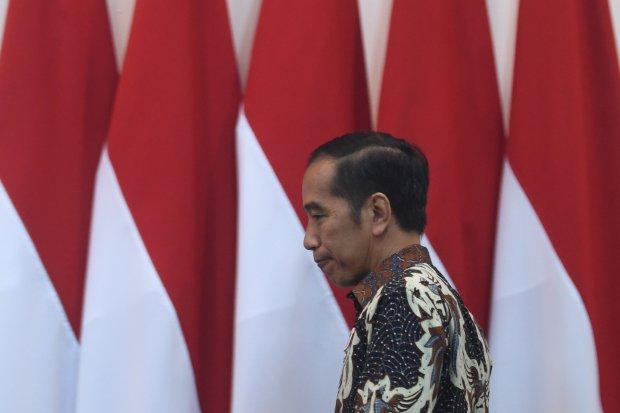 Presiden Joko Widodo berjalan memasuki ruang rapat terbatas (ratas) di Kantor Presiden, Jakarta, Selasa (6/8/2019). Ratas itu membahas rencana pemindahan ibu kota ke salah satu daerah di Kalimantan.