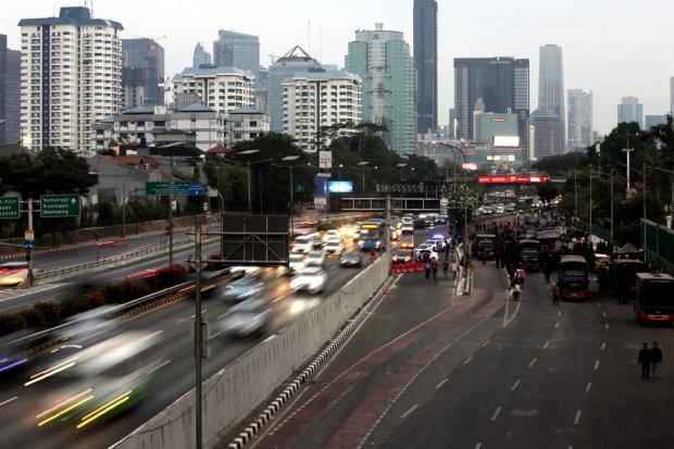 Kondisi lalu lintas di depan kompleks Parlemen di Jakarta, Selasa (26/9).