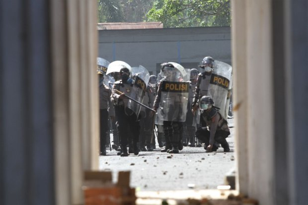 Personel Polda Sulawesi Tenggara berusaha membubarkan mahasiswa yang berusaha masuk ke dalam gedung DPRD Sulawesi Tenggara saat aksi unjuk rasa di Kendari, Sulawesi Tenggara, Kamis (26/9/2019). Ribuan mahasiswa dari berbagai perguruan tinggi di Kendari te