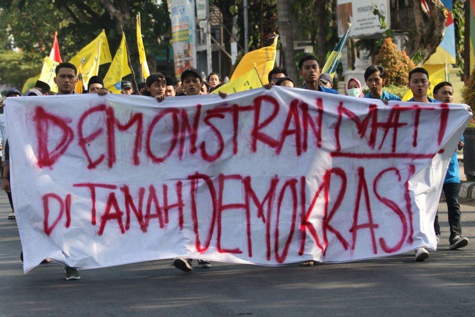 Sejumlah mahasiswa dari Pergerakan Mahasiswa Islam Indonesia melakukan unjuk rasa dan diakhiri dengan doa bersama di Mapolresta Kediri, Jawa Timur, Minggu (29/9/2019). Aksi itu mendoakan dua mahasiswa Universitas Halu Oleo Kendari yang meninggal saat unju