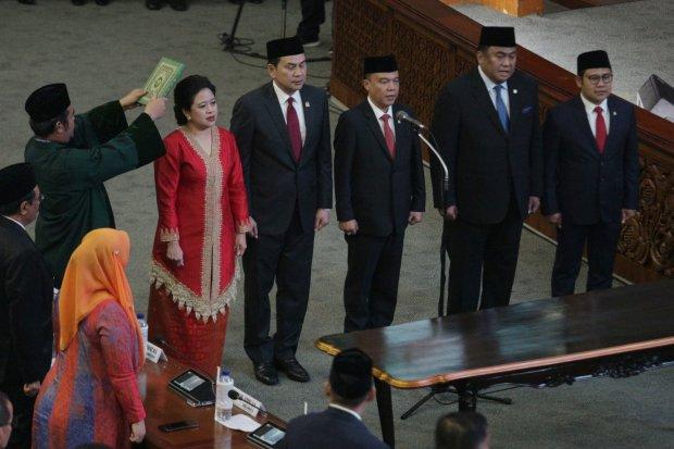 Suasana pelantikan pimpinan DPR RI di gedung Nusantara II, Kompleks Parlemen, Senayan, Jakarta (1/10). Politisi PDI-P Puan Maharani (kiri) ditetapkan sebagai Ketua DPR periode 2019-2024 melalui Rapat Paripurna dan diwakili oleh Sufmi Dasco Ahmad dari Fra