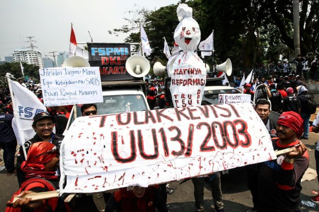 Buruh menggelar aksi di kawasan Senayan, Jakarta, Rabu (2/10/2019). Aksi tersebut untuk menolak revisi UU Ketenagakerjaan, kenaikan iuran BPJS Kesehatan, dan revisi PP No 78 Tahun 2015.