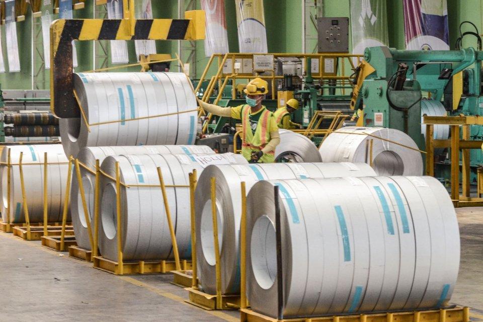 Petugas beraktivitas di pabrik pembuatan baja Kawasan Industri Cikarang, Kabupaten Bekasi, Jawa Barat, Jumat (4/10/2019). Industri baja merupakan salah satu industri yang terkena dampak signifikan dari gempuran impor.