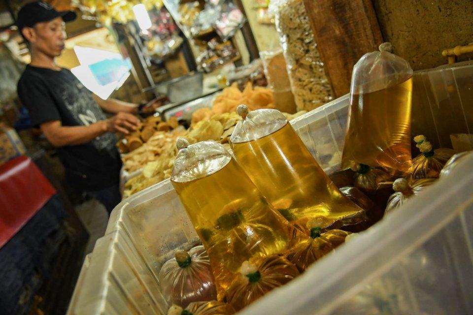 Pedagang menata minyak curah dagangannya di Pasar Minggu, Jakarta, Selasa (8/10/2019). Menteri Perdagangan Enggartiasto Lukita melarang peredaran minyak curah di pasar masyarakat mulai 1 Januari 2020, karena minyak curah wajib menggunakan kemasan yang ber