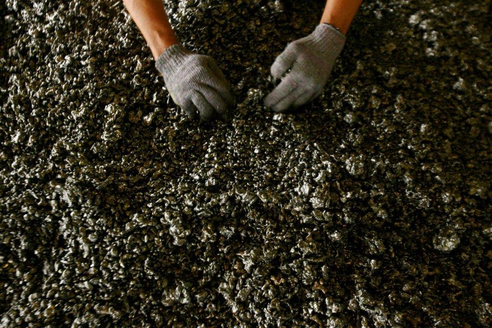Seorang pekerja memperlihatkan bijih nikel di smelter feronikel. Pemerintah bakal resmi melarang ekspir bijih nikel mulai 1 Januari 2020 untk mengurangi kerugian negara.