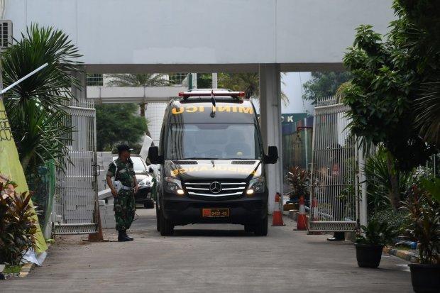 Mobil ambulance keluar dari Instalasi Gawat Darurat setelah mengantar Menko Polhukam Wiranto, di RSPAD Gatot Soebroto, Jakarta, Kamis (10/10/2019). Menko Polhukam Wiranto dibawa dan dirawat di RSPAD setelah sebelumnya mendapat perawatan di RSUD Berkah Pan