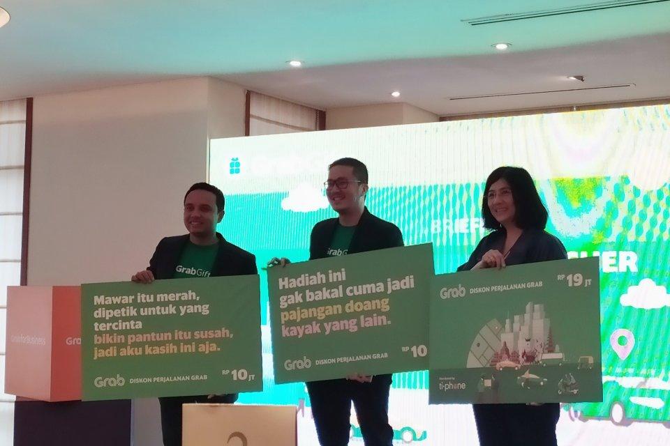 (kiri ke kanan) Executive Director Grab Indonesia Ongki Kurniawan, Head of Grab for Business Indonesia Roy Nugroho, dan CEO TiPhone Lily Salim saat meluncurkan GrabGift. Siasat Grab meningkatkan transaksi lewat voucher dan paket berlangganan.