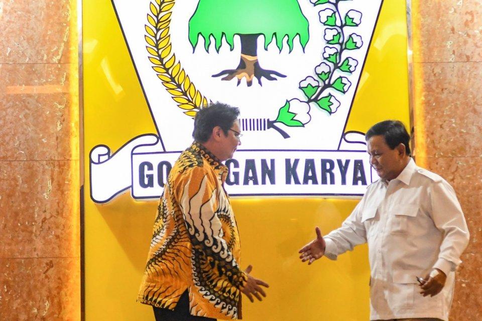 Ketua Umum Partai Golkar Airlangga Hartarto (kiri) berjabat tangan dengan Ketua Umum Partai Gerindra Prabowo Subianto (kanan) usai melakukan pertemuan di Kantor DPP Partai Golkar, Jakarta, Selasa (15/10/2019). Pertemuan tersebut dalam rangka menjaga suasa