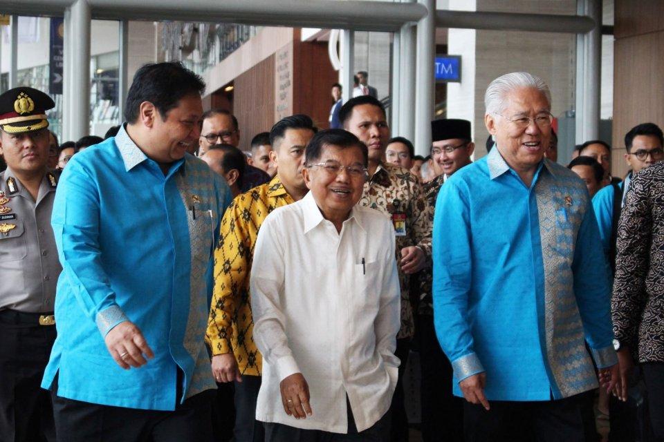 Wakil Presiden Jusuf Kalla (tengah) mengunjungi booth pameran usai membuka Trade Expo Indonesia 2019 di Indonesia Convention Exhibition BSD, Tangerang, Banten, Rabu (16/10/2019).