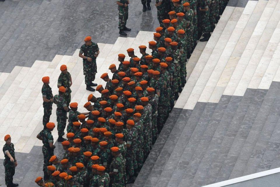 Sejumlah prajurit TNI berbaris di kompleks Parlemen, Jakarta, Rabu (16/10/2019). Sejumlah penataan lokasi dan pengamanan Gedung Parlemen dilakukan untuk persiapan pelantikan Presiden dan Wakil Presiden yang akan berlangsung pada Minggu (20/10).