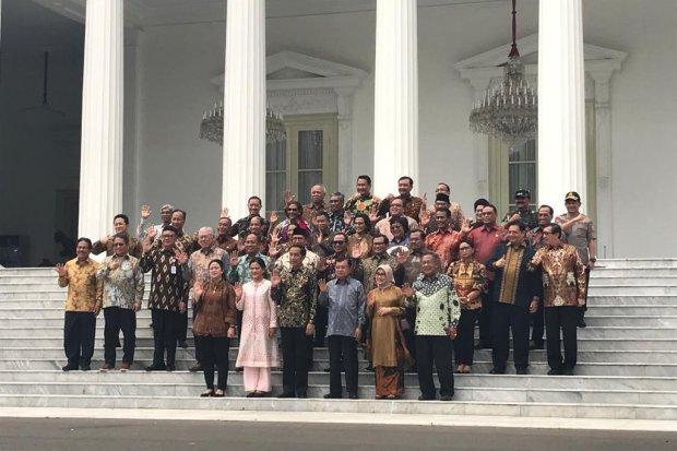 Para menteri anggota Kabinet Kerja I berfoto bersama Presiden Joko Widodo, Ibu Negara Iriana Jokowi, Wakil Presiden Jusuf Kalla, dan Ibu Mufidah Jusuf Kalla, di Istana Merdeka, Jakarta, Jumat (18/10). Mereka melambaikan tangan sebagai tanda perpisahan.