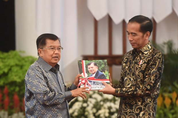Presiden Joko Widodo (kanan) menerima buku memori jabatan dari Wakil Presiden Jusuf Kalla (kiri) dalam acara silaturahmi kabinet kerja di Istana Negara, Jakarta, Jumat (18/10/2019). Silaturahmi itu juga merupakan ajang perpisahan presiden, wakil presiden