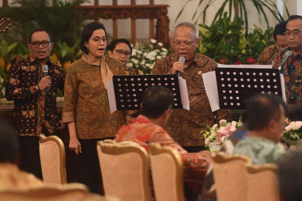 Dari kiri, Menaker Hanif Dhakiri, Menkeu Sri Mulyani, Menlu Retno Marsudi, Menteri PUPR Basuki Hadi Muljono dan Menhub Budi Karya Sumadi bernyanyi dalam acara silaturahmi kabinet kerja di Istana Negara, Jakarta, Jumat (18/10/2019). Silaturahmi itu juga me