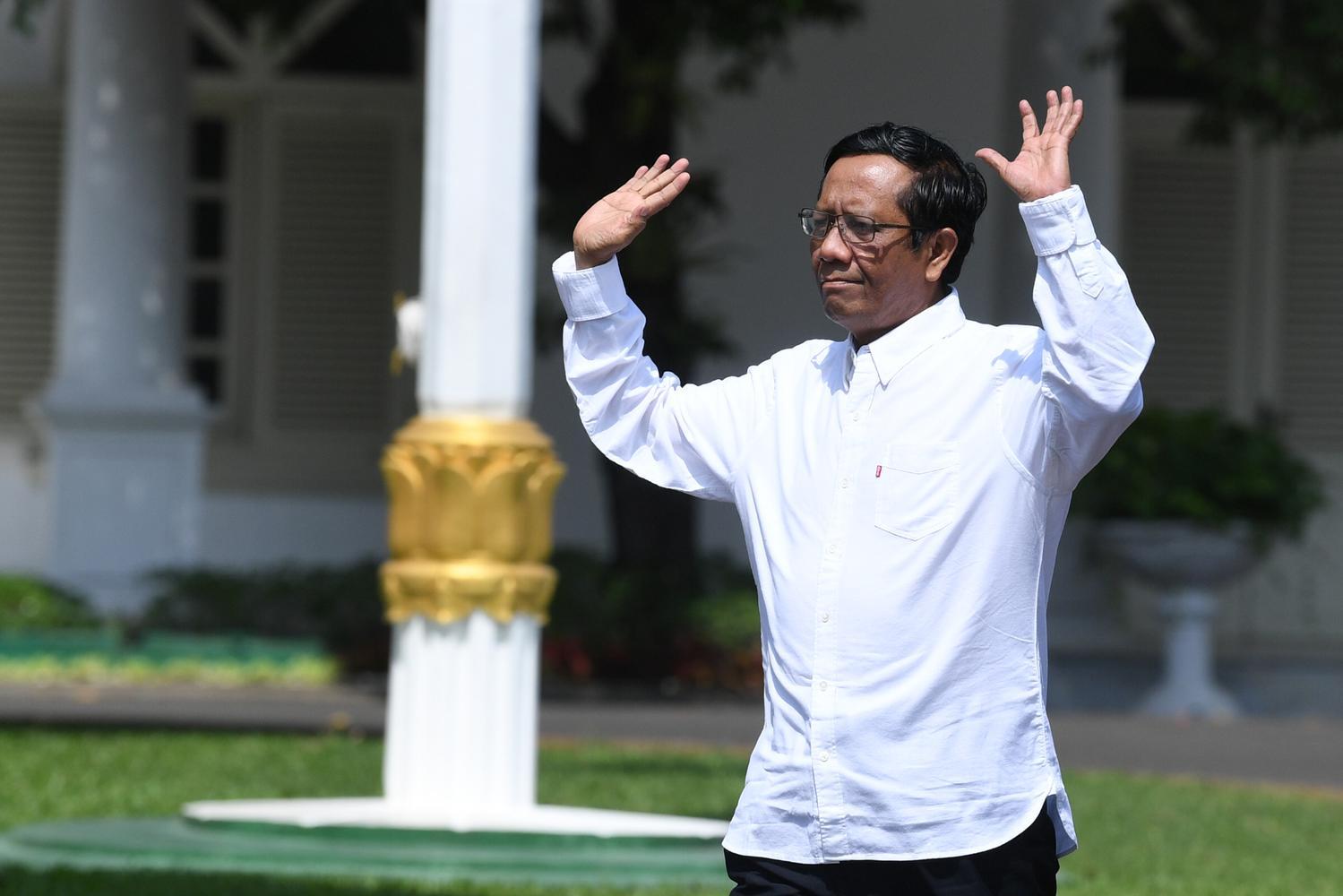 Anggota Dewan Pengarah Badan Pembinaan Ideologi Pancasila (BPIP) Mahfud MD melambaikan tangannya saat berjalan memasuki Kompleks Istana Kepresidenan, Jakarta, Senin (21/10/2019). Menurut rencana Presiden Joko Widodo akan memperkenalkan jajaran kabinet bar