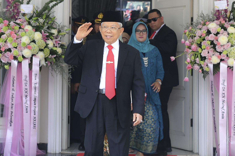 Wakil Presiden terpilih MaÕruf Amin melambaikan tangan kepada wartawan sebelum mengikuti upacara pelantikan Presiden dan Wakil Presiden periode 2019-2024 di Jakarta, Minggu (20/10/2019).