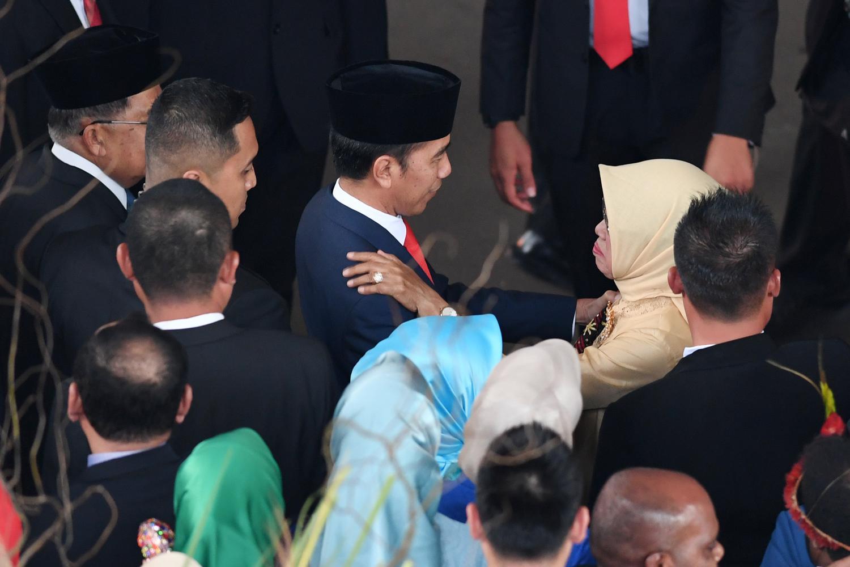 Presiden Joko Widodo (tengah) berbincang dengan ibunda Sudjiatmi (kanan) usai pelantikan presiden dan wapres periode 2019-2024 kompleks Parlemen Senayan, Jakarta, Minggu (20/10/2019).
