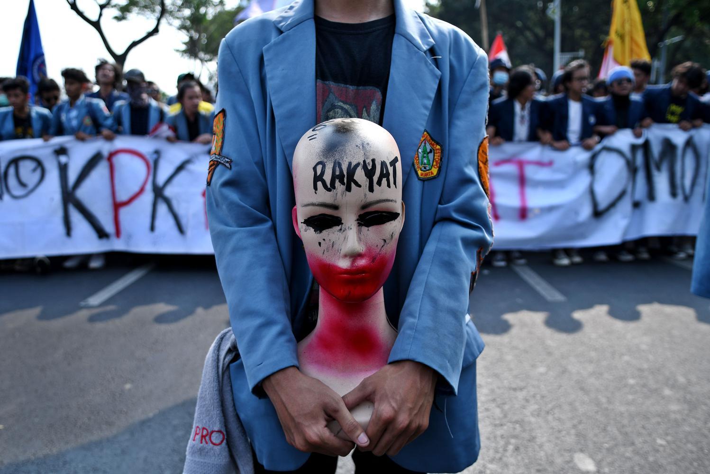 Kepala Staf Kepresidenan Moeldoko mengatakan, Presiden Joko Widodo (Jokowi) sudah meminta agar polisi sesekali tidak berjaga ketika unjuk rasa berlangsung