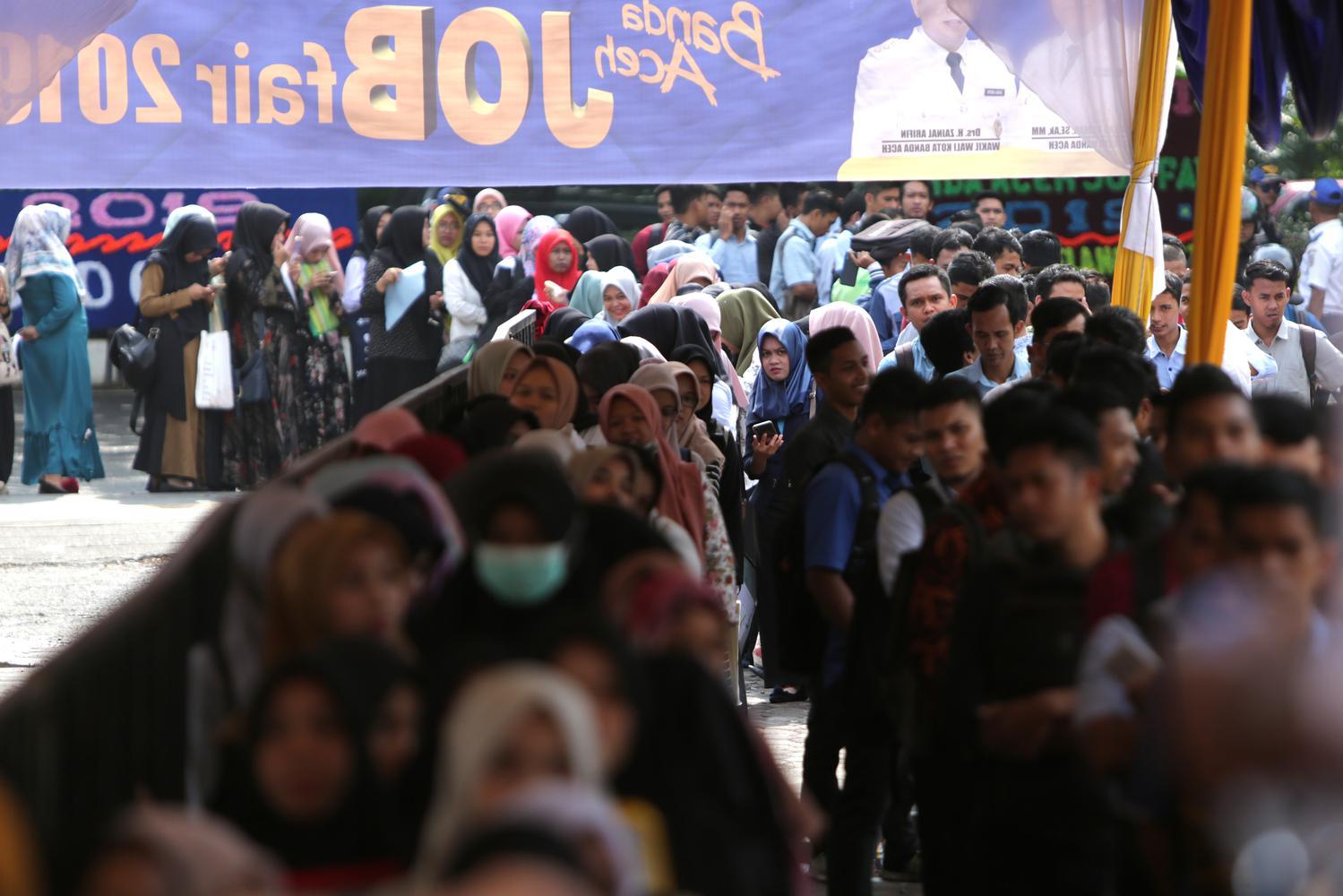 """Pencari kerja antre memasuki aula pameran """"Job Fair 2019"""" yang digelar Pemerintah Kota Banda Aceh di Gedung Amel Convention Banda Aceh, Aceh, Rabu (25/9/2019). Data Badan Pusat Statistik (BPS) menyebutkan pada awal tahun 2019, Tingkat Pengangguran Terbuka"""