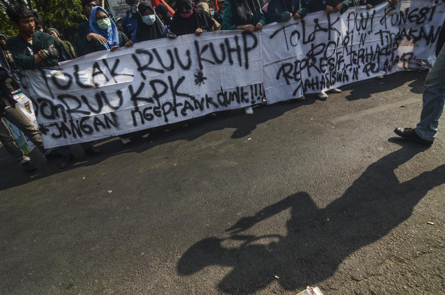Sejumlah mahasiswa dari universitas se-Bekasi menggelar aksi unjuk rasa di depan gedung DPRD, Kota Bekasi, Jawa Barat, Kamis (26/9/2019) menolak Rancangan Kitab Undang-Undang Hukum Pidana (RKUHP). Aliansi Nasional Reformasi mendesak DPR dan pemerintah unt