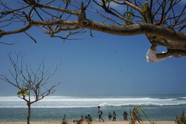 Pantai Sundak, salah satu pantai Gunungkidul yang ramai dikunjungi wisatawan.