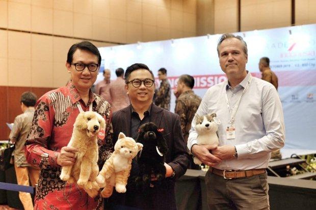 Kiri dubes RI untuk Jerman, tengah Iwan Tjen CEO Sunindo Adipersada, kanan Olaf Matthias CEO Living Puppets