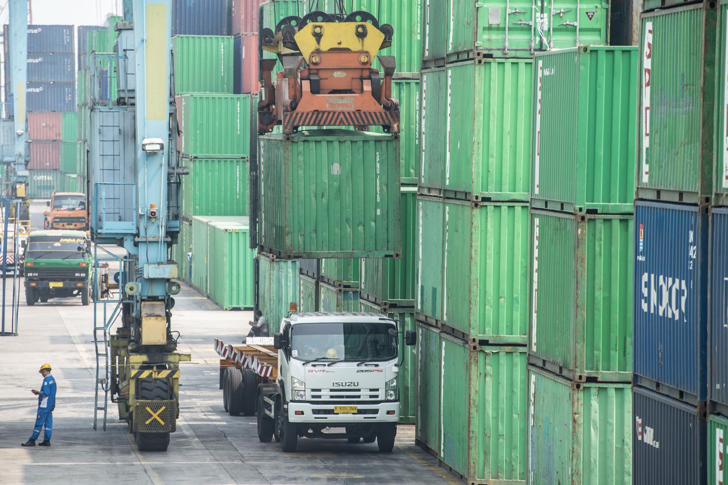 Pekerja beraktivitas di area bongkar muat peti kemas di Pelabuhan Tanjung Priok, Jakarta, Kamis (17/10/2019). Badan Pusat Statistik mencatat neraca perdagangan Indonesia mengalami defisit 160 juta Dolar AS pada September 2019 yang terjadi karena nilai eks