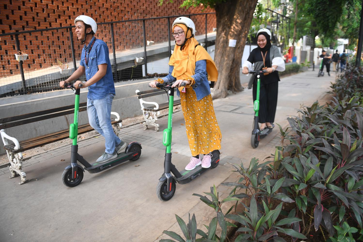 Pengguna jalan menggunakan otopet atau skuter listik di Jakarta, Rabu (16/10/19). Grab akan mendorong penggunaan GrabWheels dan sepeda listrik di Jakarta dan Bali.