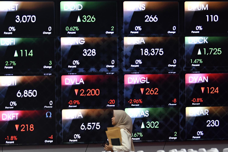 Seorang karyawan mengamati monitor pergerakan harga saham di Bursa Efek Indonesia (BEI), Jakarta. IHSG diperkirakan bergerak beragam cenderung melemah oleh analis, karena investor masih mencermati perkembangan negosiasi dagang antara AS dan Tiongkok.