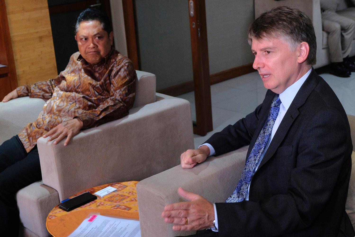 Duta Besar Inggris untuk Indonesia dan Timor Leste Owen Jenkins (kanan) berbincang dengan Wali Kota Denpasar Ida Bagus Rai Dharmawijaya Mantra (kiri) dalam kunjungan resmi pertamanya ke Bali di Gedung Graha Sewaka Dharma, Denpasar, Bali, Senin (23/9/2019)