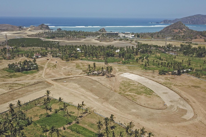 Foto udara bentuk salah satu tikungan sirkuit saat pengerjaan galian tanah badan jalan Mandalika MotoGP Street Circuit di The Mandalika, Pujut, Praya, Lombok Tengah, NTB, Kamis (10/10/2019). Saat ini ''Right of Way'' (ROW) lintasan sepanjang 4,3 Km te