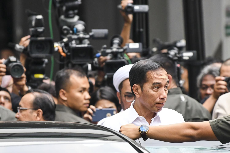 Presiden Joko Widodo (Jokowi) menjenguk mantan menko polhukam Wiranto di RSPAD, Jakarta. Sejumlah kalangan mengkritisi sikap Jokowi tak kunjung menerbitkan Perppu KPK.