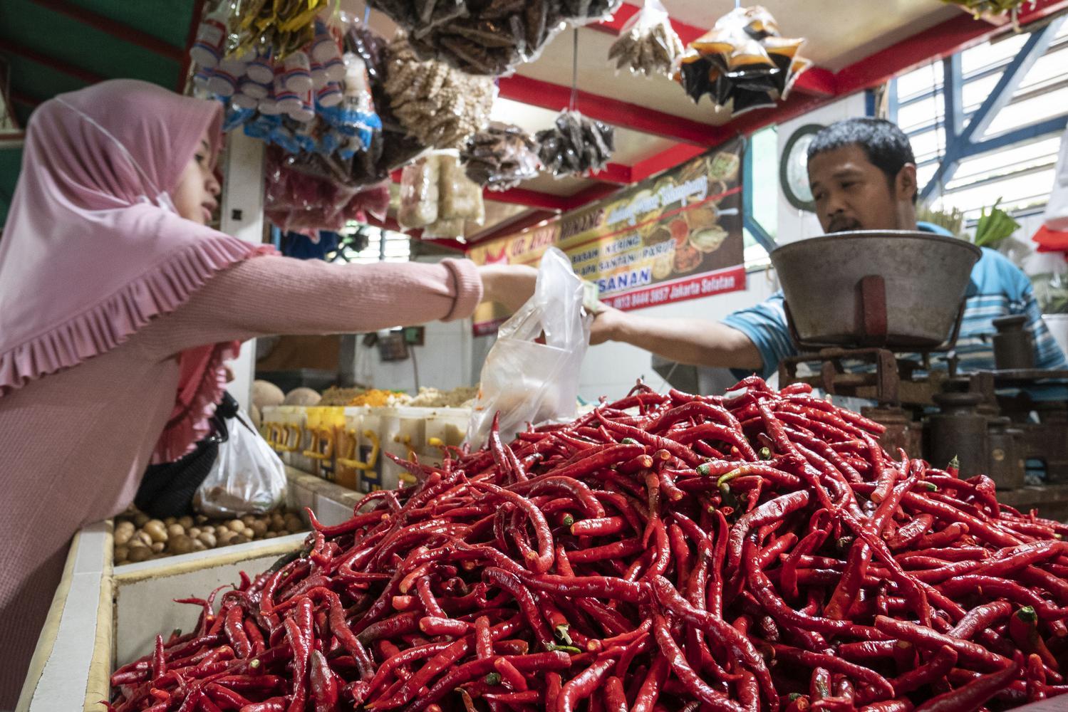 Ilustrasi, pedagang melayani konsumen di pasar tradisional. Badan Pusat Statistik (BPS) mencatat pada Agustus 2020 terjadi deflasi sebesar 0,05%.