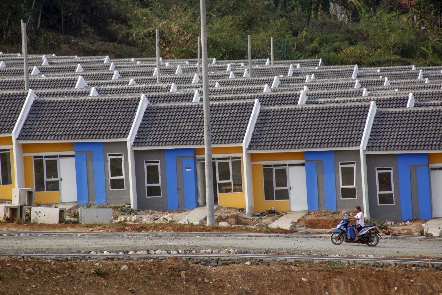 Warga berkendara di kawasan perumahan bersubsidi di kawasan Citeureup, Bogor, Jawa Barat, Senin (7/10/2019). Pemerintah memutuskan menambah anggaran untuk penyaluran rumah subsidi bagi Masyarakat Berpenghasilan Rendah (MBR) melalui skema Fasilitas Likuidi