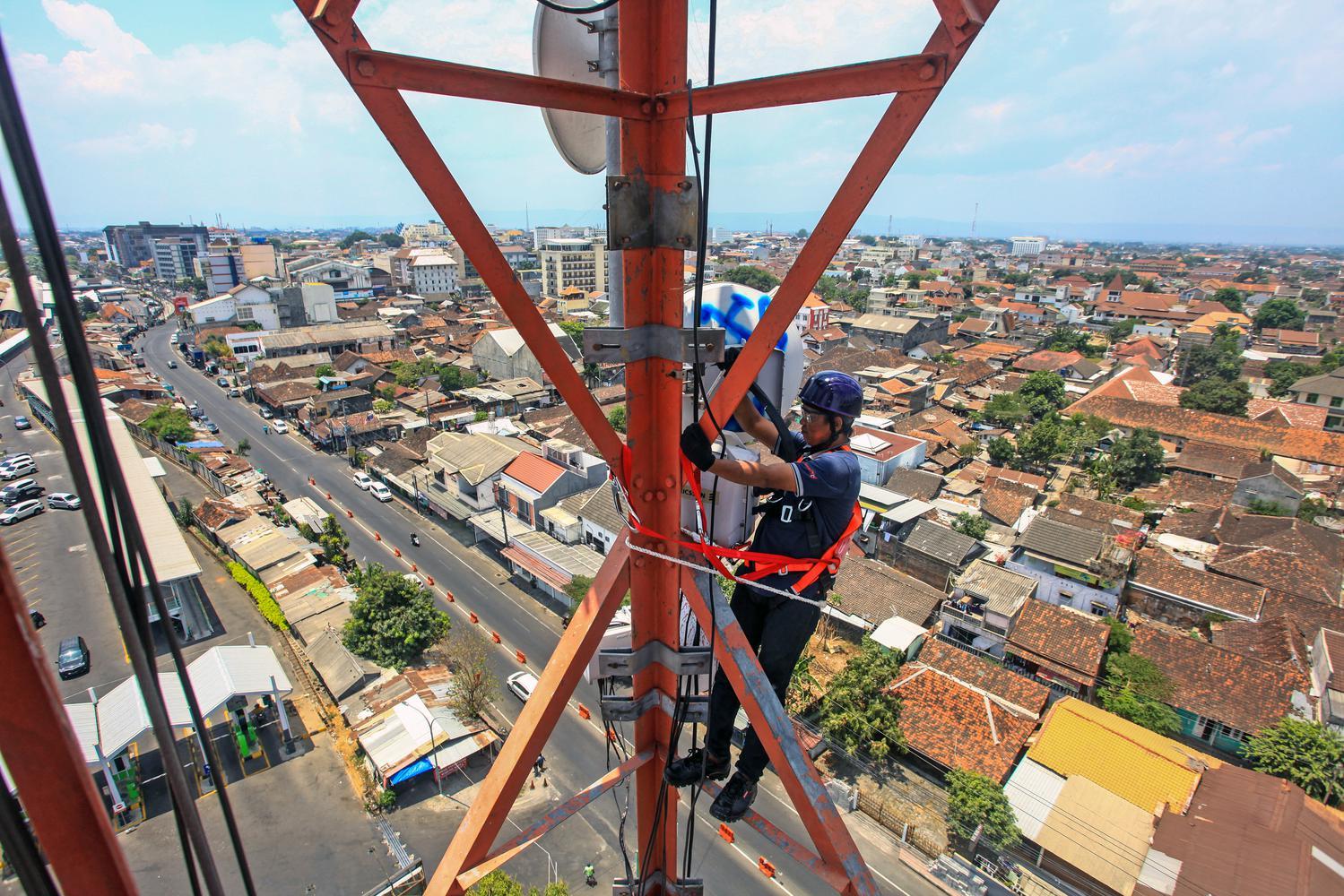 Teknisi melakukan pemeliharaan perangkat Base Transceiver Station (BTS) milik XL Axiata di menara yang berada di Pringgokusuman, Yogyakarta, Kamis (03/10/2019). Perawatan rutin tersebut guna menjamin kenyamanan pelanggan XL Axiata, dimana memasuki usia ke